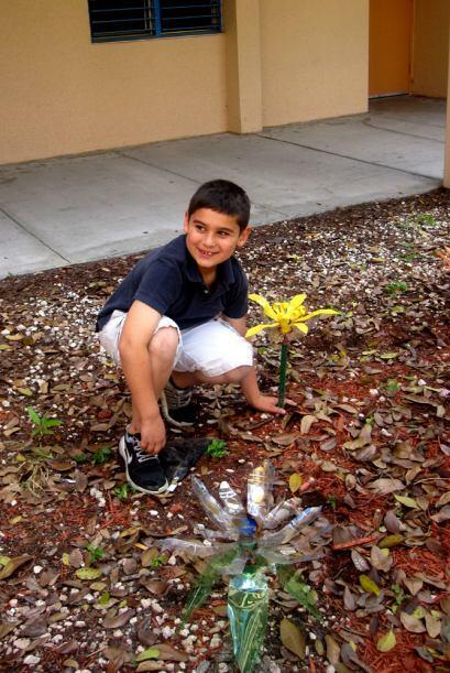 Los niños se encargan de mantener el jardín.
