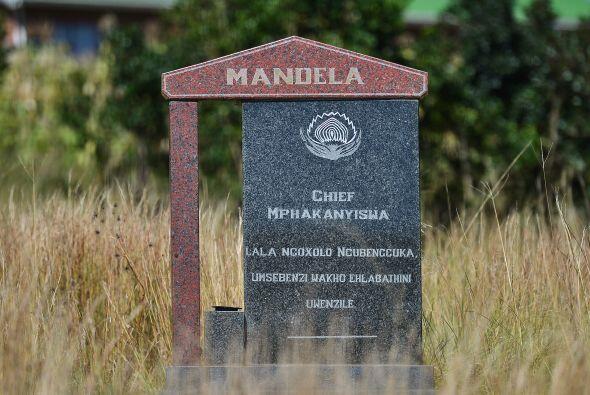 1927: Muere su padre, Gadla Henry Mphakanyiswa. Mandela, que entonces cu...