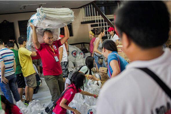 El tifón Haiyan azotó Filipinas el viernes con vientos sostenidos superi...