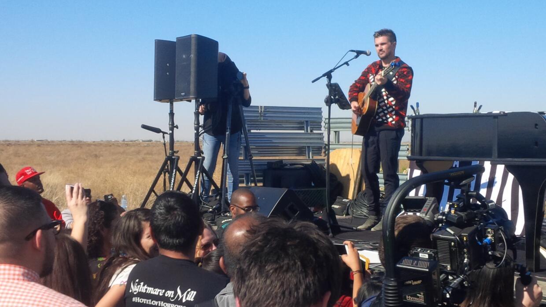 Juanes y John Legend le cantan a inmigrantes detenidos en Arizona IMG_20...