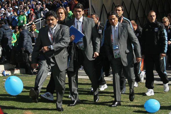 Maradona entró a la cancha del Estadio Soccer City practicando con los g...