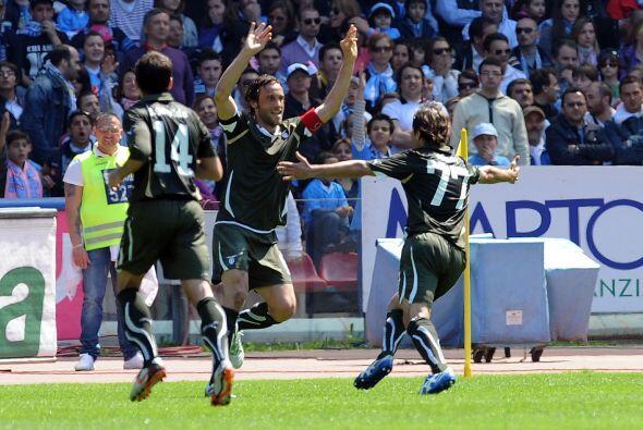 Nápoli se vio las caras con la Lazio en busca del segundo puesto,...