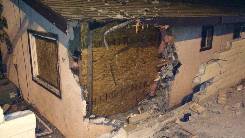 El automóvil atravesó un muro, la pared de la casa y cay&o...