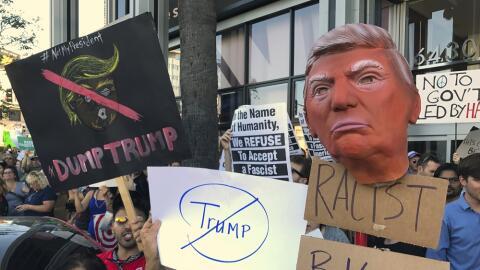Numerosos manifestantes portan carteles durante una manifestación...