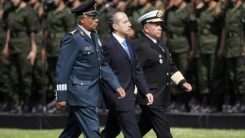 El presidente Felipe Calderón acompañado de los funcionarios Guillermo G...