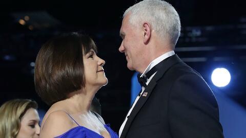 El Vicepresidente Mike Pence y su esposa Karen Pence en el baile inaugur...