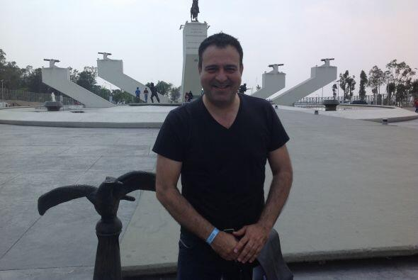 Jorge posa frente a la fuente de Ignacio Zaragoza, considerado uno de lo...