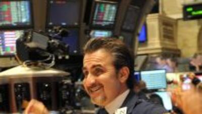 En Wall Street, el índice Dow Jones superó brevemente la marca psicológi...