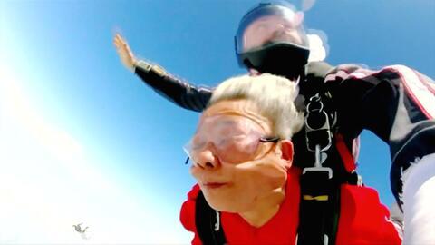 Una abuela salta de un avión a 13,000 pies de altura