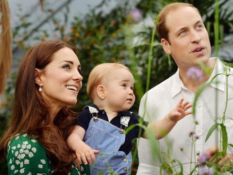 Con una carita llena de curiosidad, el futuro rey de Inglaterra est&aacu...