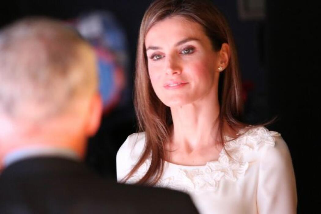 La princesa Letizia escucha atenta a Jorge Ramos, durante un tour por la...