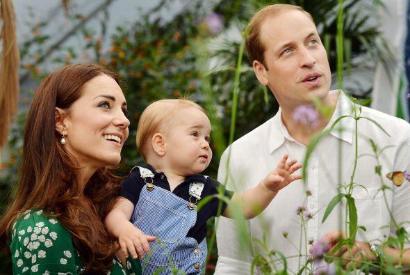 Con una carita llena de curiosidad, el futuro rey de Inglaterra está des...