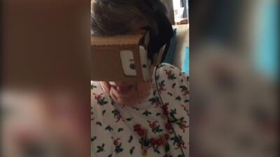 Abuelita prueba Google Cartón VR por primera vez