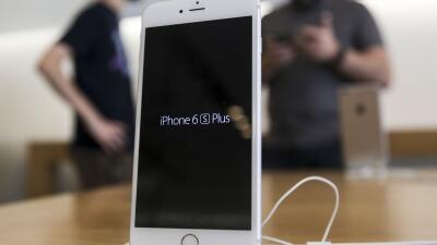 Departamento de Justicia pide a corte obligar a Apple desbloquear teléfo...