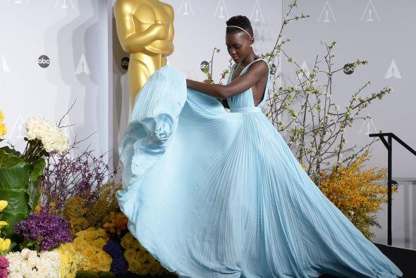 """Y su vestido """"azul Nairobi"""" Lupita Nyong'o lo lució y lo presumió lo más..."""