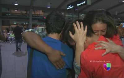Besos y abrazos en la reunión de niños migrantes con su madre