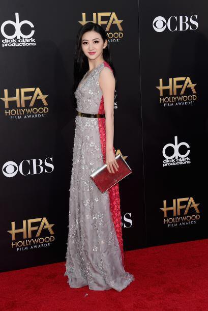 El vestido bicolor de Jing Tian nos pareció bastante coqueto.