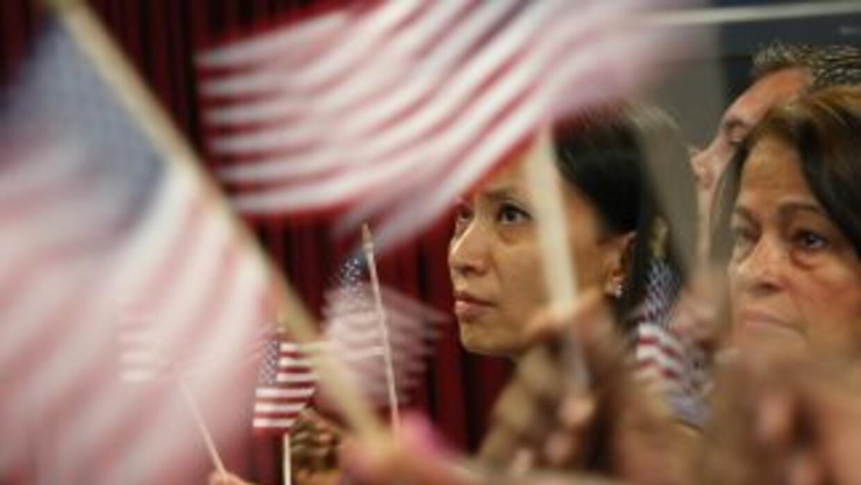 Un grupo de nuevos ciudadanos estadounidenses en el momento de la jurame...
