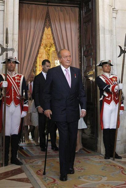 El Rey Juan Carlos entra al Salón de Columnas del Palacio R...