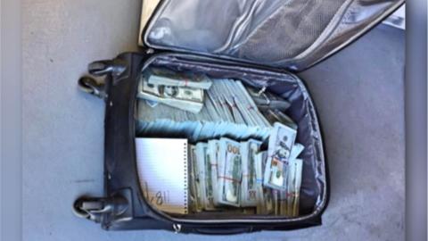 La maleta contenía $1,030,000 dólares en efectivo.