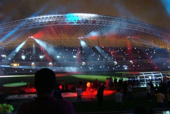 Continua la celebración con la música del tema del estadio, acompañado p...