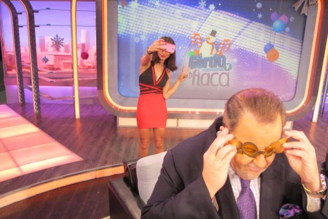 La joven conductora tomándose fotos para sus fans a escondidas de Raúl.