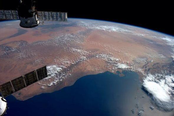 Trípoli y Libia mirando hacia el sur en la arenas rojas de África. Fotos...