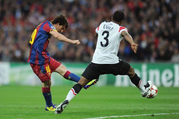 Lionel Messi tomó la pelota fuera del área y sacó u...