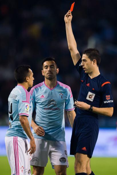 El chileno, Fabián Orellana, fue expulsado del encuentro y sus compañero...