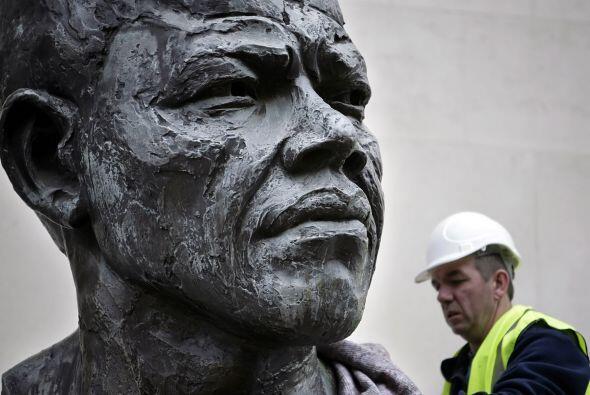 Una escultura de bronce de dos metros del ex presidente sudafricano Nels...