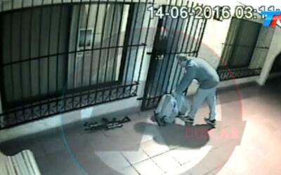 Video muestra a un funcionario argentino dejando bolsos con dinero en un...
