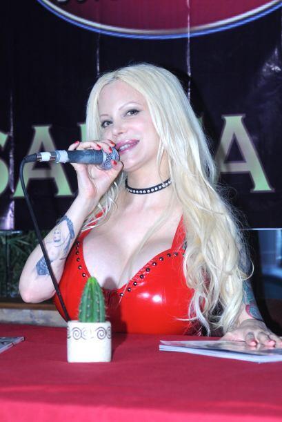 Sabrina presentó su nueva portada de la revista del conejito.  Mira aquí...