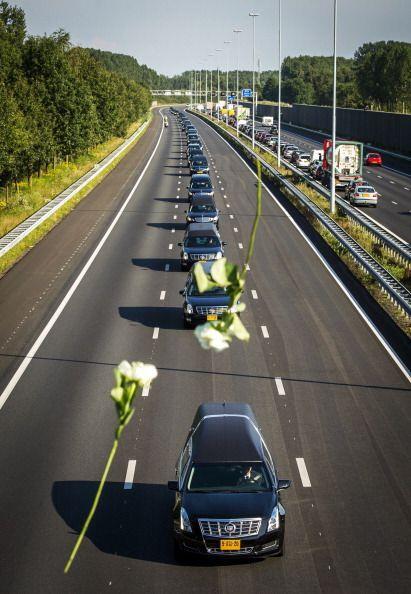 Un convoy de coches fúnebres llevó los cuerpos de las víctimas desde la...