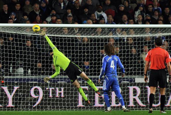Scott Sinclair prendió un balón de aire y dejó sin opciones a Petr Cech.