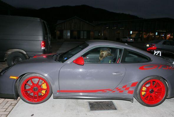 Un vistazo más cercano a su carísimo Porsche.