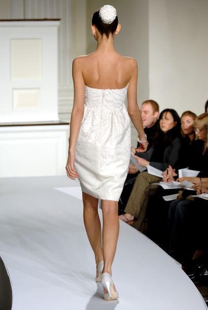Un vestido 'strappless' acentúa una figura estilizada y hace que los hom...