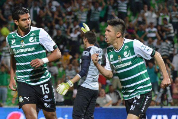 Oribe Peralta.- El delantero de Santos está jugando cada vez mejo...