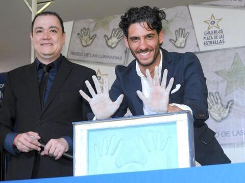 Erick Elías deja impresas sus huellas para el Paseo de las Estrel...