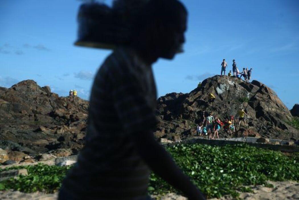 Los aficionados se reúnen en una colina en el Farol da Barra en un Fan F...