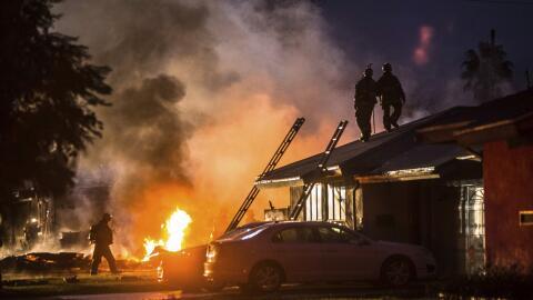Los bomberos trabajan en la extinción del incendio y al bú...