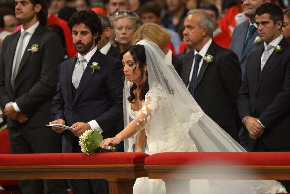 Entre las 20 parejas de su diócesis que contrajeron hoy matrimoni...