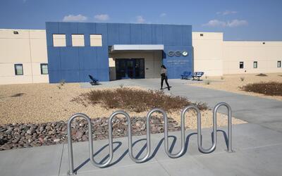 El centro de detención de inmigrantes en Adelanto, California, es maneja...