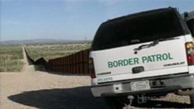 Agente de la patrulla fronteriza vigilando la frontera