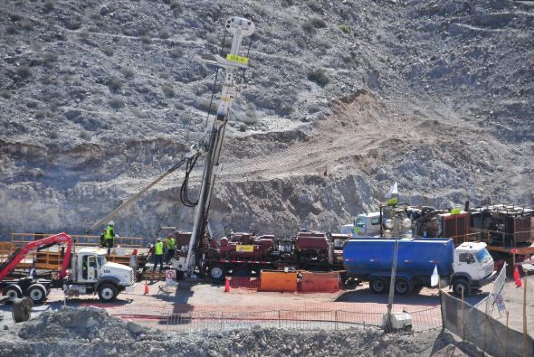 Uno de los rescatistas bajará hasta dónde están los mineros para ayudarl...