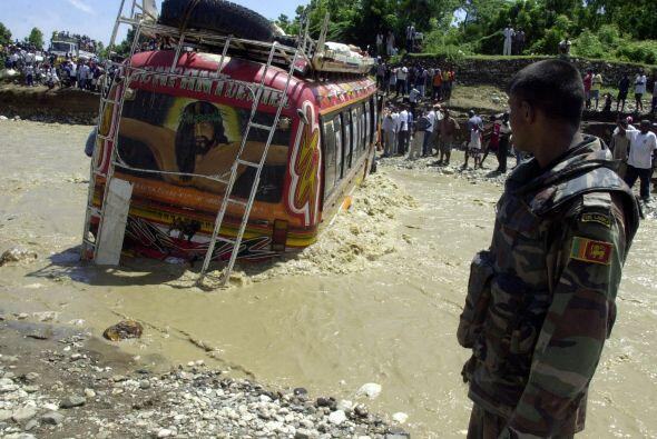 Junio 18- Mueren 40 personas y varias desaparecen al ser arrastrado un a...
