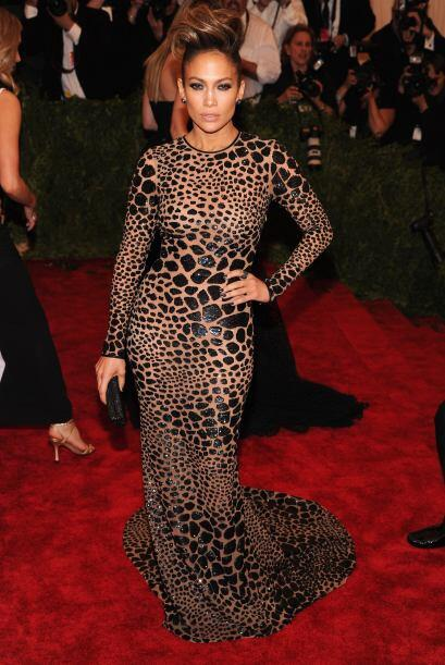 Jennifer Lopez optó por usarlo por completo en su cuerpecito, sin embarg...