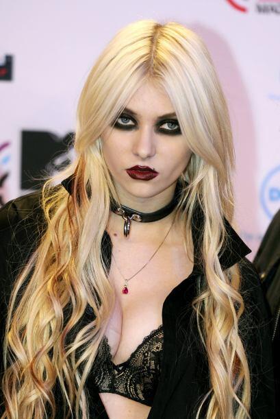 """Pero Taylor siempre procura maquillarse como una chica """"dark"""".  Más vide..."""