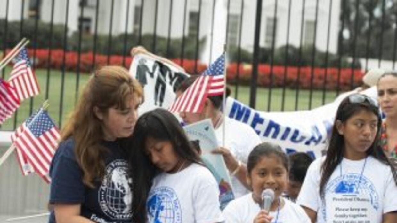 Nora Sándigo junto a un grupo de niños hijos de padres indocumentados pi...