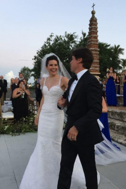 La boda se llevó a cabo en un jardín y estuvieron invitados familiares y...