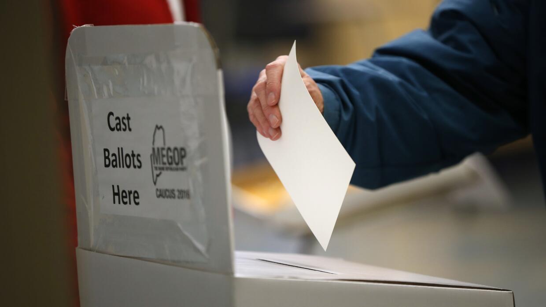 Un votante participa en el caucus republicano en Chelsea, Maine.